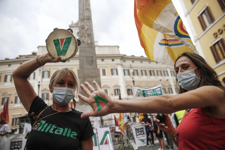 Due lavoratrici Alitalia protestano davanti a Montecitorio