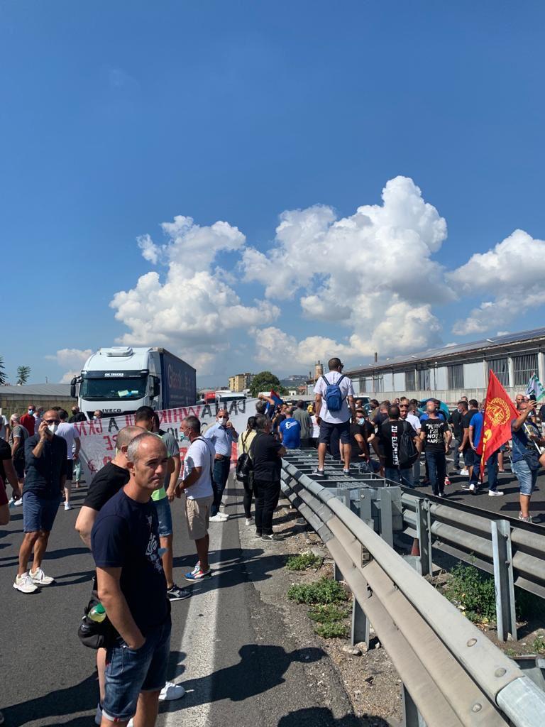 I lavoratori della Whirlpool Napoli occupano l'autostrada dietro la fabbrica