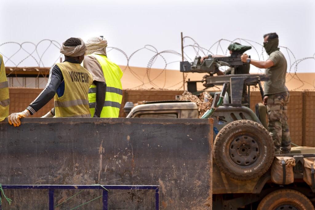 Soldati francesi del commando Barkhane montano una mitragliatrice a Gao in Mali