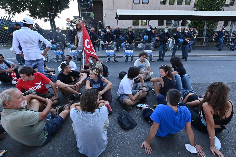Operai della Texprint di Prato davanti alla procura per protestare contro il fermo di lavoratori e sindacalisti Si Cobas