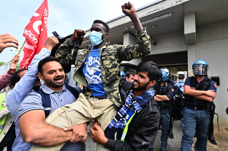 Gioia dei lavoratori fuori dal tribunale di Prato