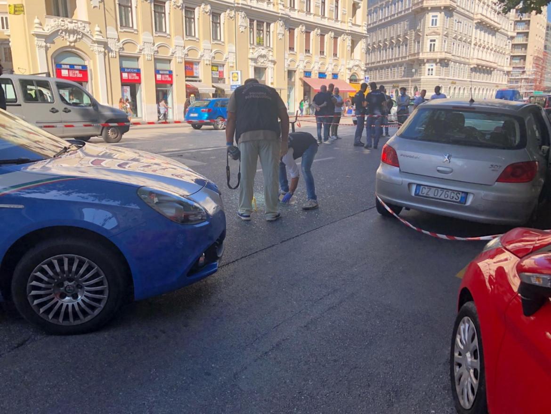 Trieste, polizia scientifica al lavoro sul luogo della sparatoria, in via Carducci
