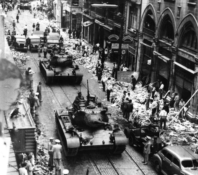 I tank dell'esercito turco a Istanbul durante il progrom del settembre 1955