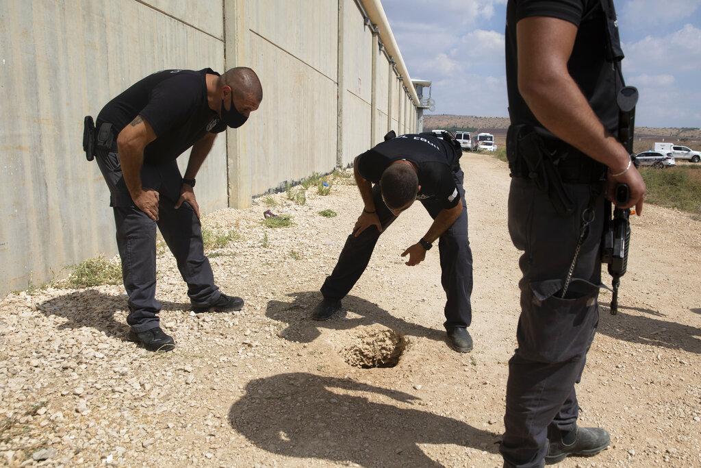 Il buco dal quale sono usciti i sei evasi palestinesi
