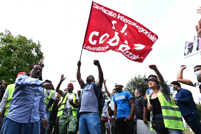 Una manifestazione dei lavoratori della Texprint di Prato