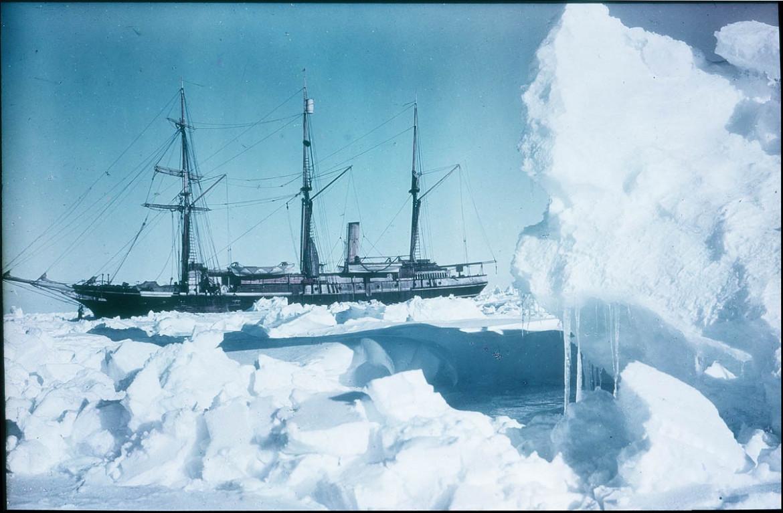 La nave «Endurance» dell'esploratore Ernest Shackleton intrappolata fra i ghiacci di Weddell in Antartide nel 1915 / foto di Frank Hurley