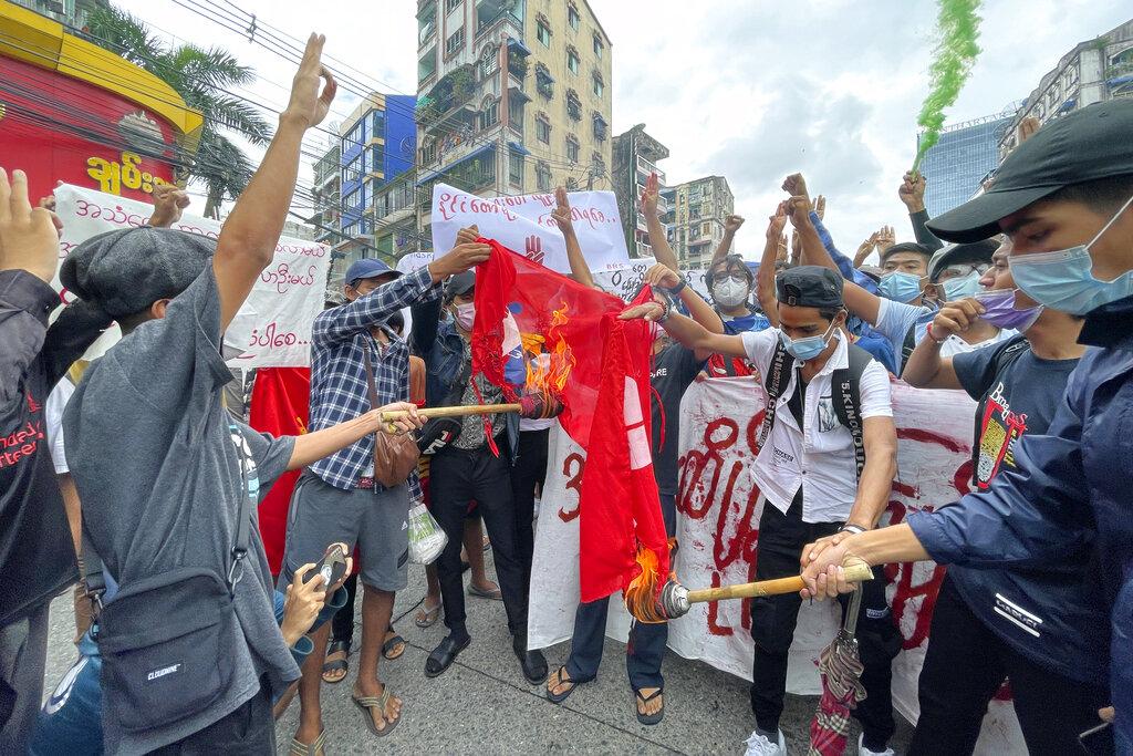 Una delle tante proteste che si sono svolte a Yangoon dal golpe militare in Myanmar