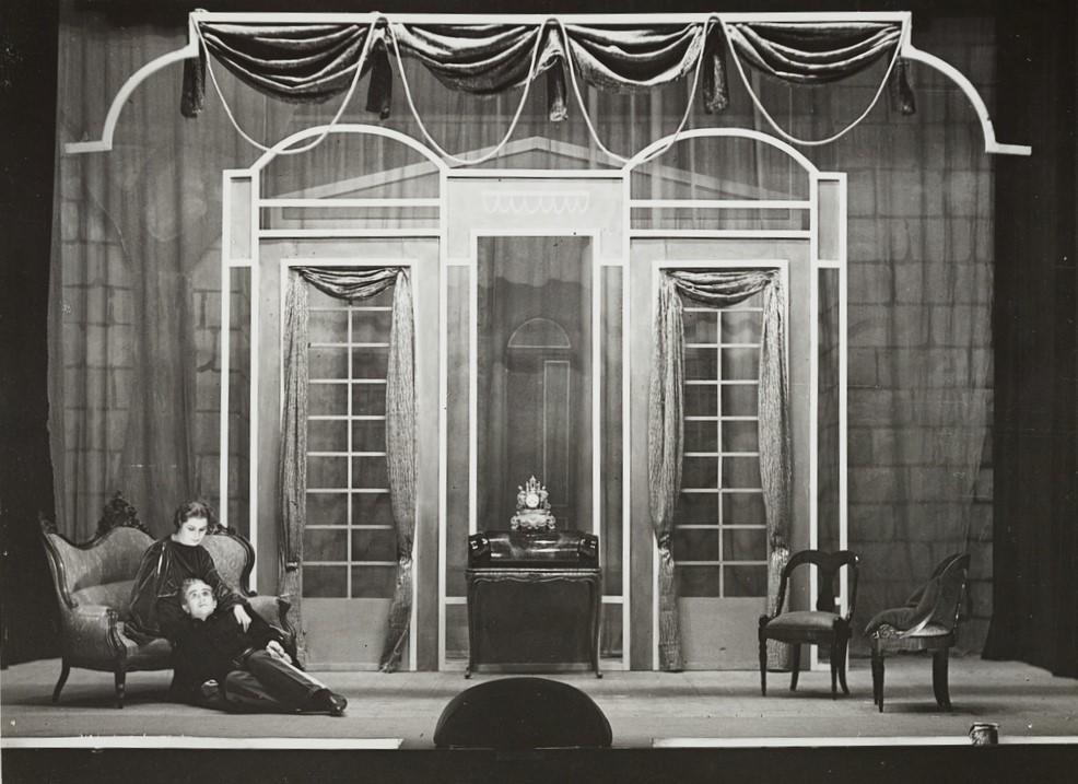 Foto di scena della prima italiana del dramma di Eugene O'Neill Il lutto si addice ad Elettra tenutasi il 28 marzo 1941 nel Teatro delle Arti di Anton Giulio Bragaglia