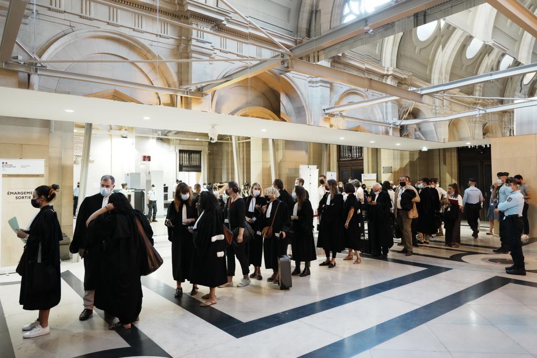 La fila ieri per accedere alla prima udienza