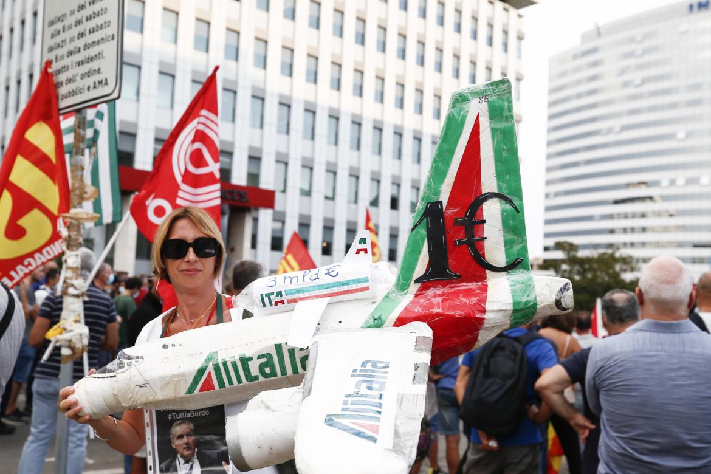 L'assemblea manifestazione dei lavoratori Alitalia sotto la sede della compagnia