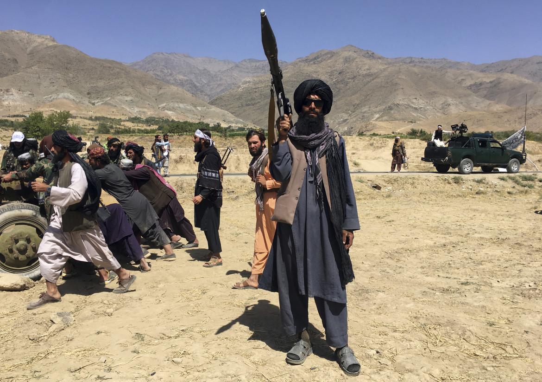 Miliziani talebani sfoggiano le armi nel Panjshir