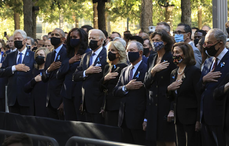 Da sinistra Bill e Hillary Clinton, Barack e Michelle Obama, Joe e Jill Biden, l'ex sindaco di New York Michael Bloomberg con la compagna Diana Taylor e Nancy Pelosi