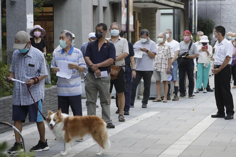 In fila per votare il leader del partito nazionalista di Taiwan