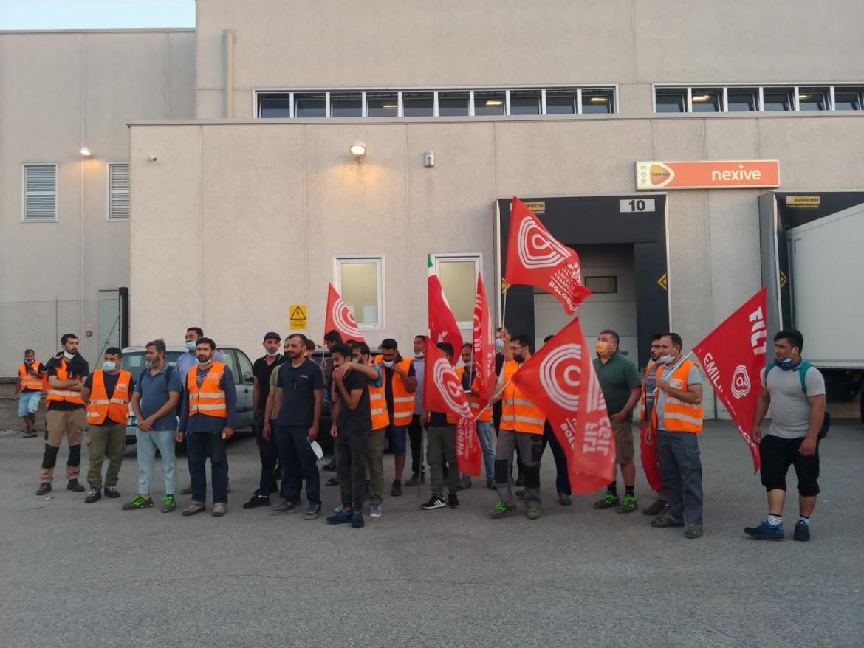 La protesta dei lavoratori della Nexive di Calderara (Bologna)