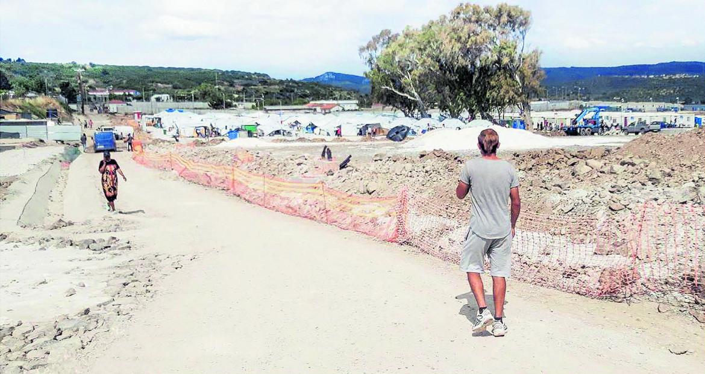 Sullo sfondo il campo profughi, foto di Giacomo Sini
