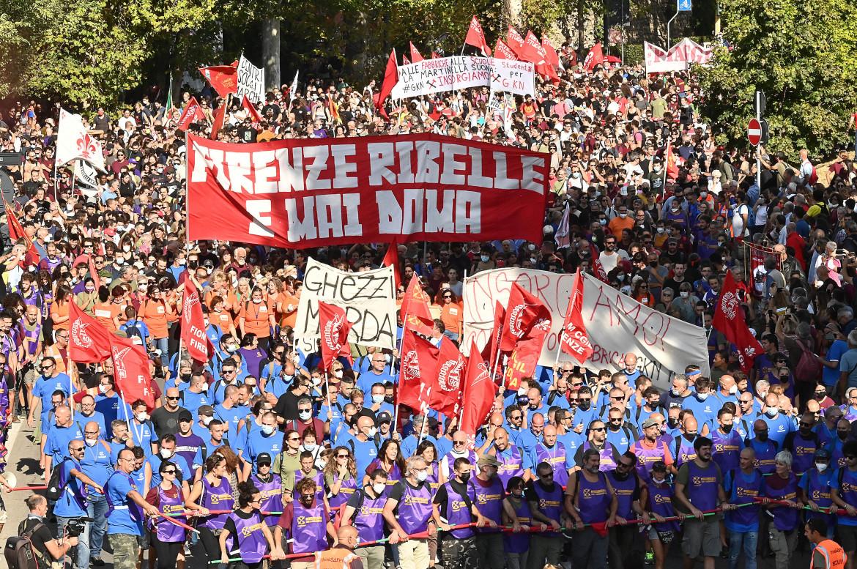 Momenti dell'imponente manifestazione degli operai e del coordinamento delle donne della Gkn ieri a Firenze