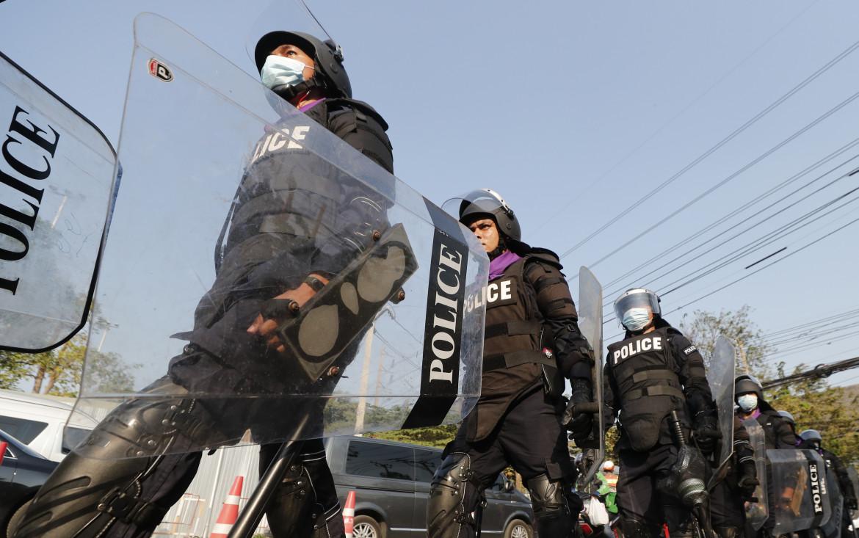 Agenti antisommossa durante una protesta di fronte al parlamento di Bangkok