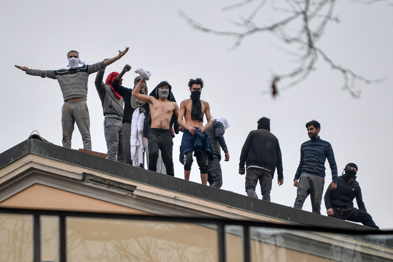 Detenuti sul tetto del carcere, durante le rivolte del 9 marzo 2020