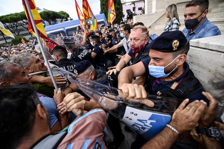 Tensione alla manifestazione dei lavoratori Alitalia sotto la sede di Ita a Roma