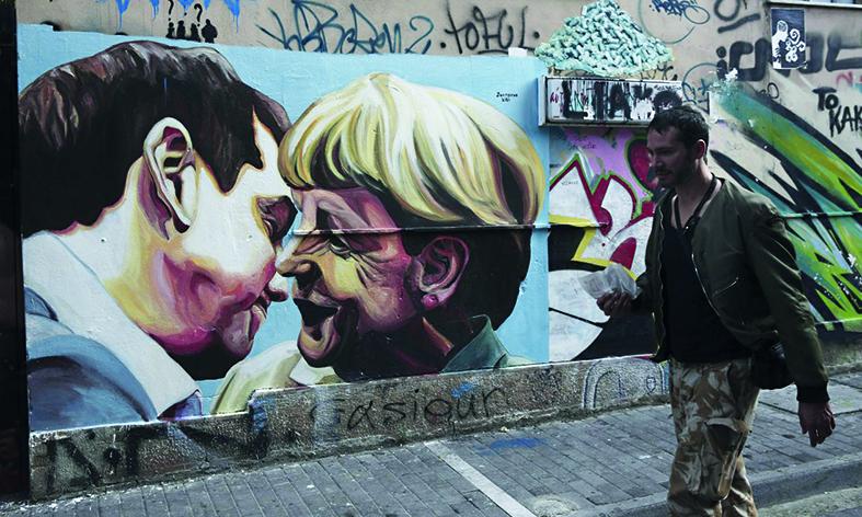 Il «bacio» Tsipras-Merkel in una strada di Atene