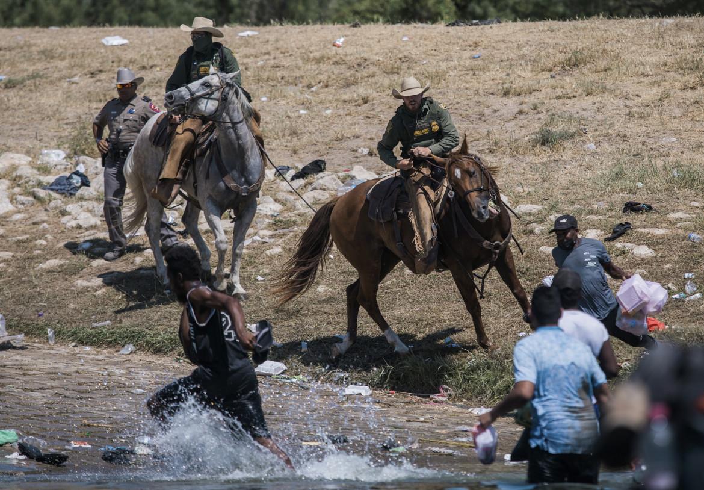 Un frame del video che documenta il respingimento violento dei migranti haitiani sul Rio Grande