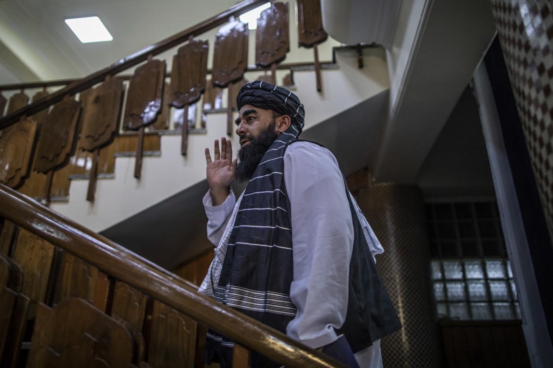 Il portavoce talebano Mujahid durante la nomina del nuovo governo