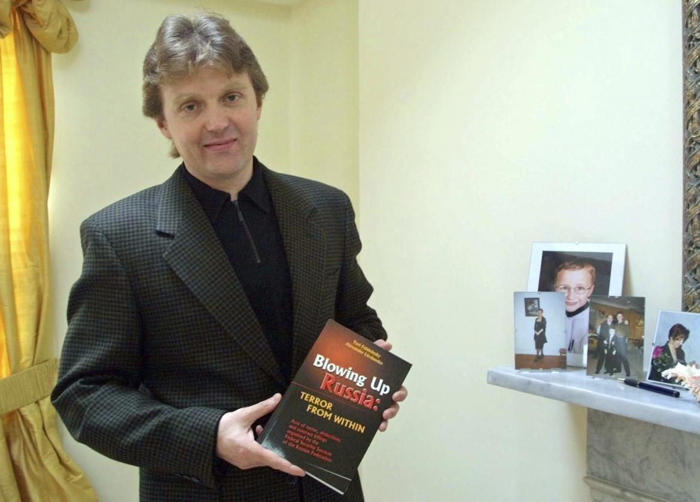 L'ex Kgb Alexander Litvinenko, morto nel 2006, nella sua casa di Londra dove era fuggito nel 2000