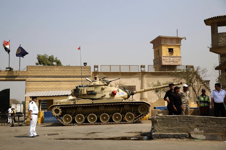 Oltre il muro il carcere di Tora, al Cairo, considerato tra i peggiori d'Egitto