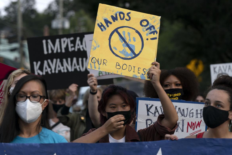 Manifestanti pro aborto marciano verso la casa del giudice della Corte Suprema Brett Kavanaugh