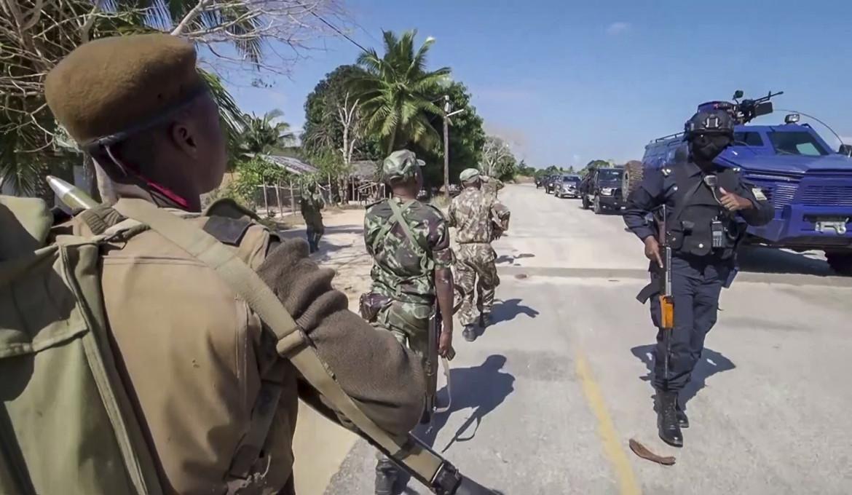 Reclute mozambicane e unità della polizia militare ruandese nei pressi dell'Hotel Amarula a Palma