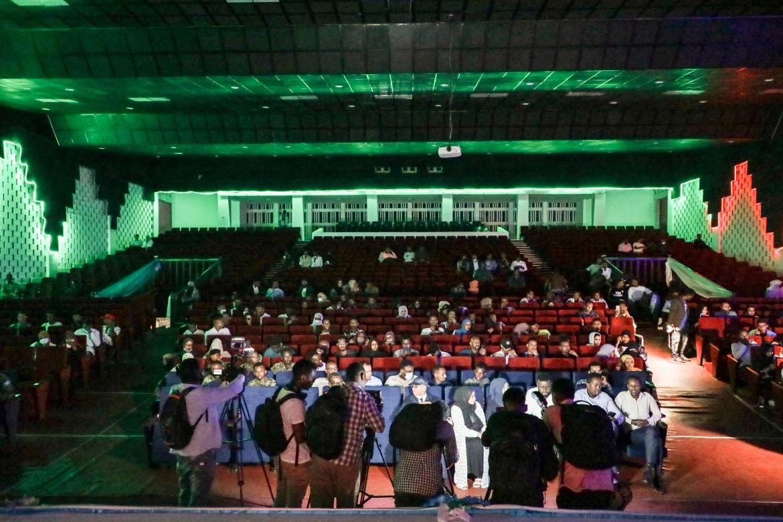 Spettatori alla prima proiezione del Teatro nazional di Mogadiscio, chiuso dal 1991