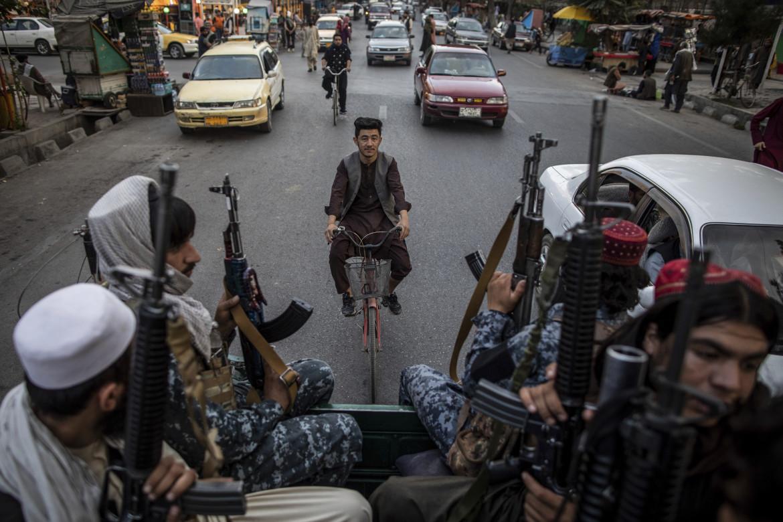 Una strada di Kabul pattugliata da milizie talebane a bordo di un pick up