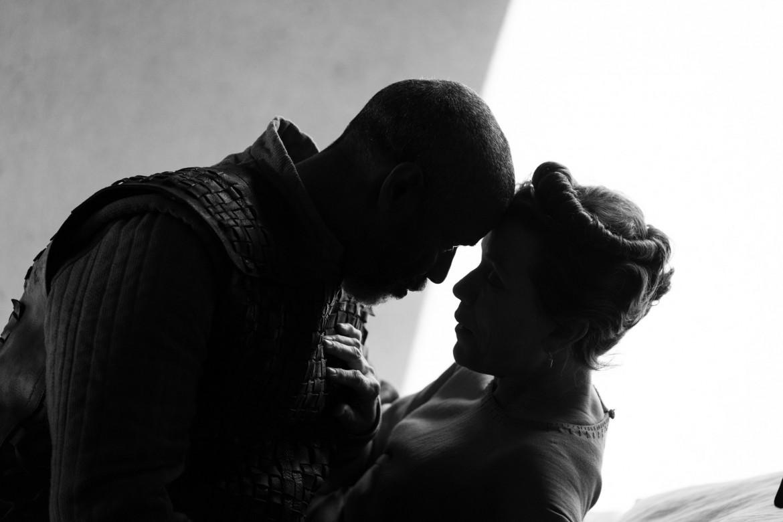 Denzel Washington e Frances McDormand in una scena da «The Tragedy of Macbeth»