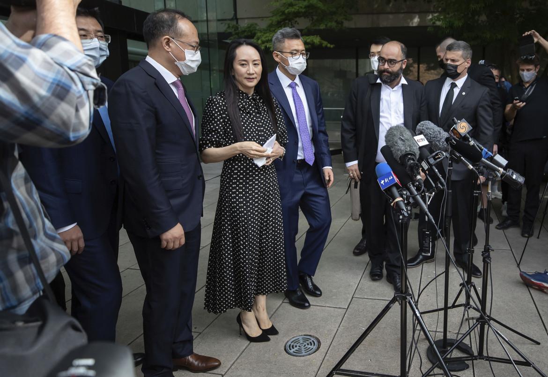 Meng Wanzhou parla alla stampa fuori dal palazzo di giustizia di Vancouver, prima di tornare in Cina
