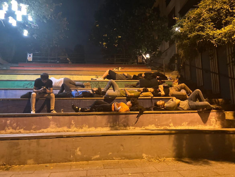 Un gruppo di studenti durante la protesta in un parco pubblico turco
