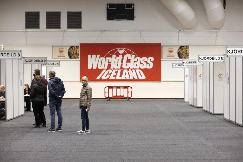 Islandesi al voto in un complesso sportivo a Kopavogur