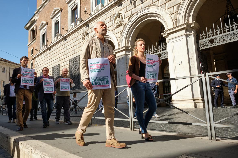 I rappresentanti del comitato promotore per il referendum cannabis legale protestano sotto il ministero di Giustizia