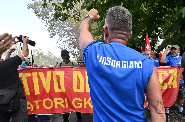 Gli operai Gkn manifestano