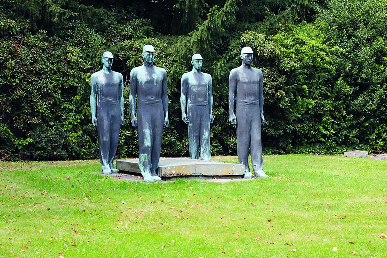 Adolf Wamper, «Memorial with Miners» (1953) Cemetery in Rotthausen in Gelsenkirchen