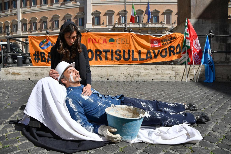 La strage del lavoro: flash mob di Cgil, Cisl e Uil a piazza Montecitorio a Roma