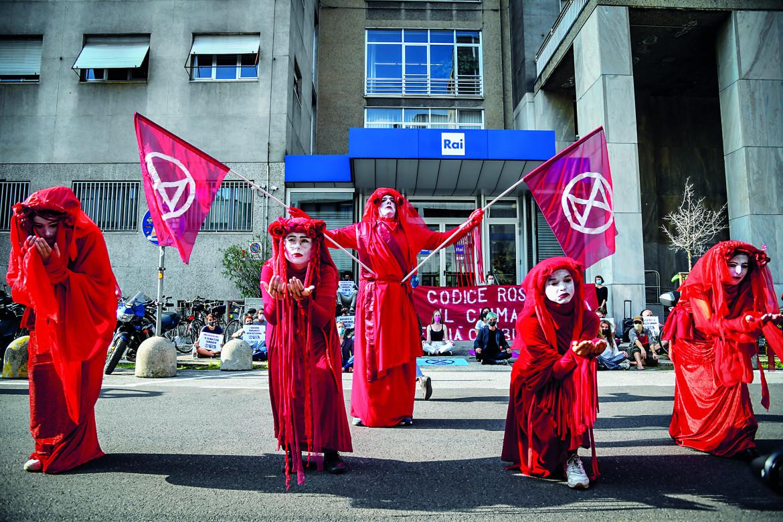 Attivisti di Extinction Rebellion davanti alla sede della Rai di Milano