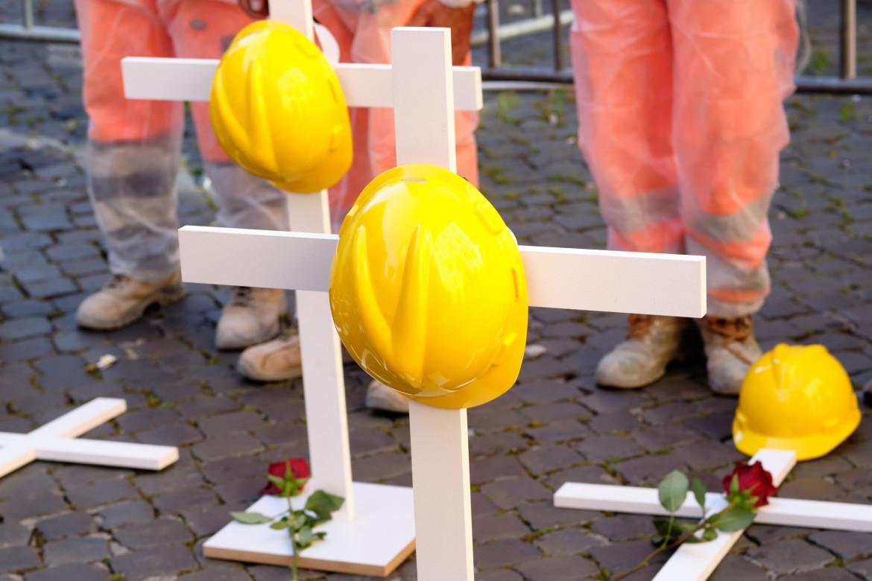 Una croce ricorda i troppi morti sul lavoro