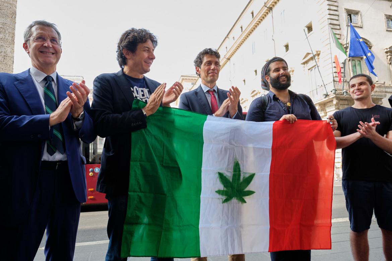 Esponenti del  comitato prototore del referendum per la cannabis legale