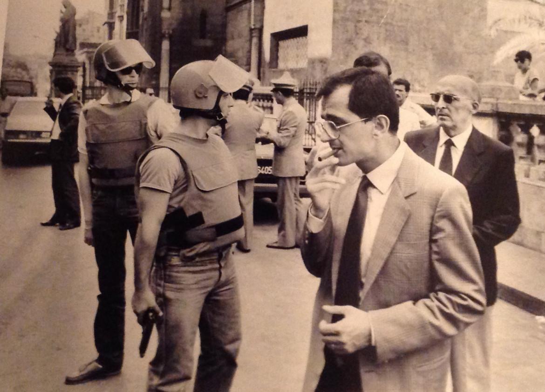 Giuseppe Di Lello a Palermo negli anni 80. Alle sue spalle il capo dell'ufficio istruzione Antonino Caponnetto
