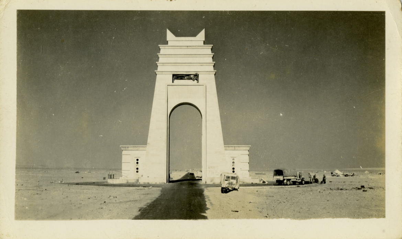 L'Arco dei Fileni, costruito da Mussolini nel deserto libico per segnare il confine tra la Cirenaica e la Tripolitania, 1937