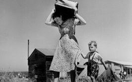 Robert Capa Donna porta i suoi bagagli accompagnata da un bambino Haifa Israele 1949 1950 foto presa da Robert Capa a cura di Andr Holzherr Silvana Editoriale 2012
