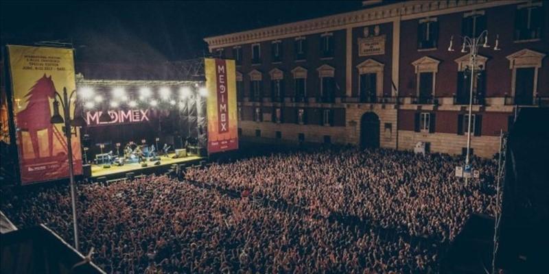 Da una passata edizione del festival. Quest'anno avrà luogo un'edizione ibrida (streaming e alcuni eventi dal vivo) senza autentici concerti, rimandati al 2022 sul grande palco in piazza