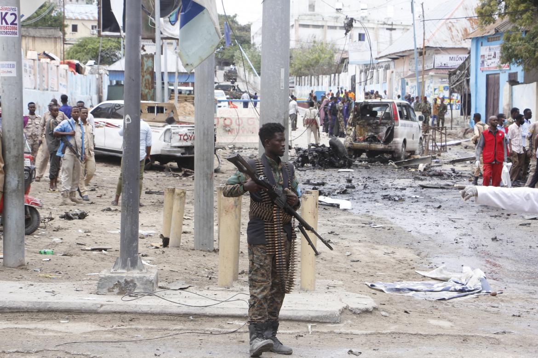 Sul luogo dell'attentato di venerdì scorso a Mogadiscio