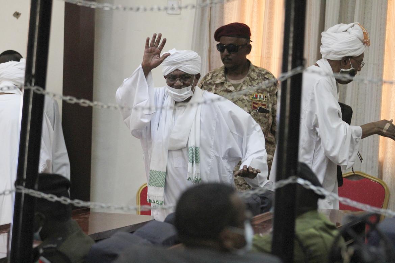 L'ex presidente Omar al Bashir in aula per il processo a suo carico lo scorso 24 agosto