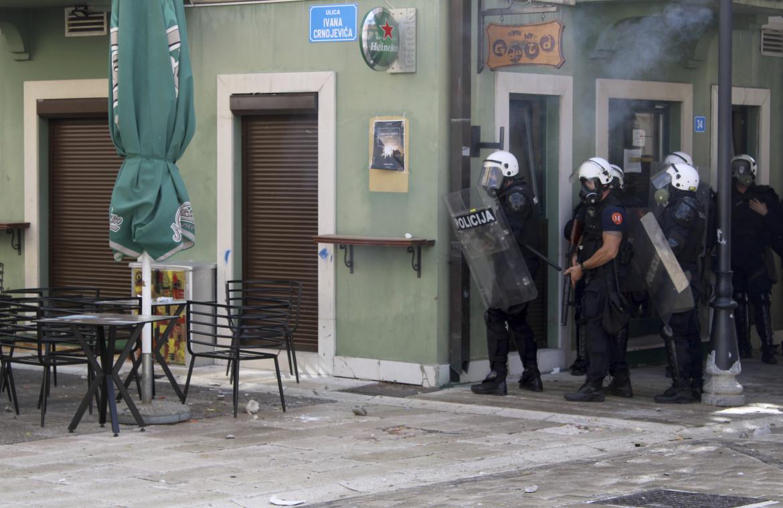 Montenegro, Cetinje: la polizia in un angolo durante le proteste